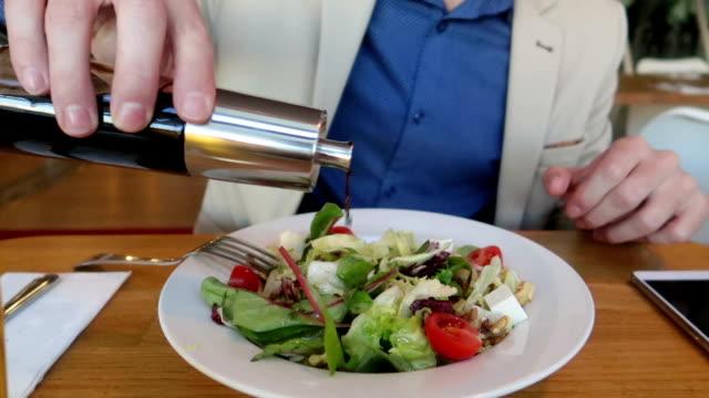 사업가 그의 샐러드-재고 비디오에 식초를 넣어 - 식초 스톡 비디오 및 b-롤 화면