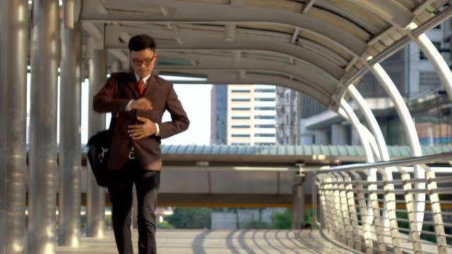 stockvideo's en b-roll-footage met zakenman haasten om te werken in de moderne stad - overhemd en stropdas