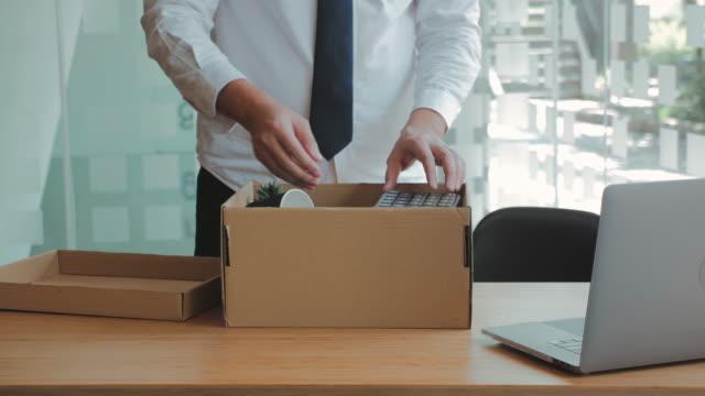仕事を辞めて、仕事を辞めてオフィスを出るという辞表で強調するビジネスマン、辞任の概念 - クラシファイド広告点の映像素材/bロール