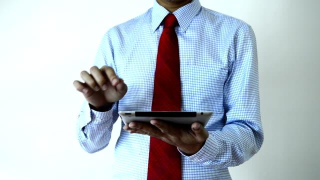 деловой человек с помощью цифрового планшета - 30 39 лет стоковые видео и кадры b-roll