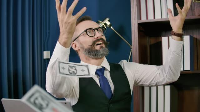 slo mo: geschäftsmann mit cash-dollar fliegen in modernen büro, business online-konzept - billionär stock-videos und b-roll-filmmaterial