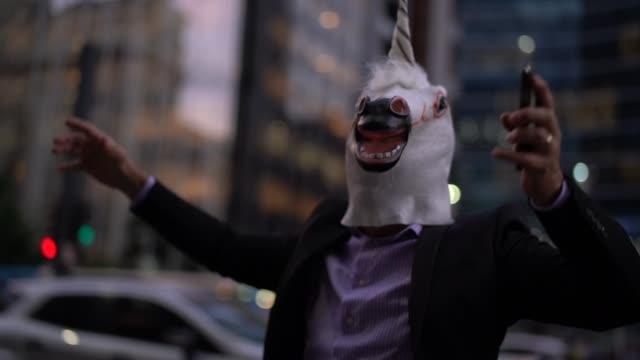 Geschäftsmann mit Einhorn Maske feiern – Video