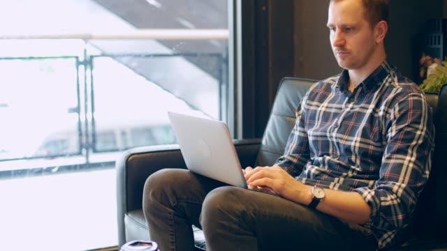 geschäftsmann, arbeiten auf einem laptop im café - polnische kultur stock-videos und b-roll-filmmaterial