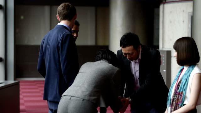 ビジネスミーティングやコンファレンスでのお出迎え - ビジネスマン 日本人点の映像素材/bロール