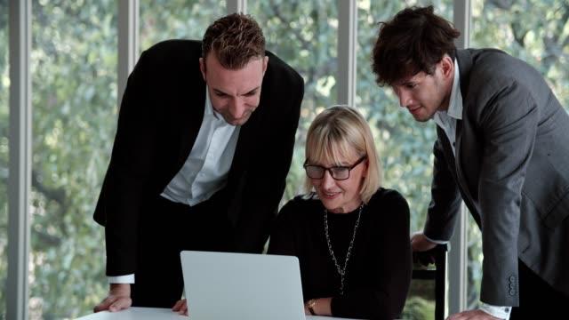stockvideo's en b-roll-footage met zakelijke bijeenkomst bij modern office - collega