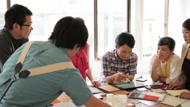 vídeos y material grabado en eventos de stock de reunión de negocios en la oficina - plano documento