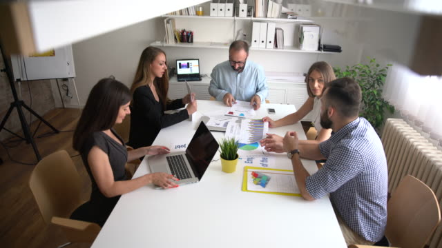 business meeting coming to an end - coinvolgimento dei dipendenti video stock e b–roll