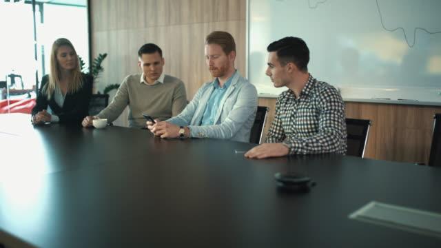 business-meeting in einem sitzungsraum. - konferenztisch stock-videos und b-roll-filmmaterial