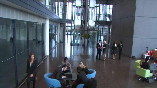 vídeos de stock, filmes e b-roll de reunião de negócios no escritório grande ambiente - rh