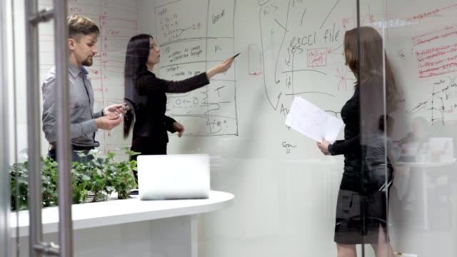 ビジネスミーティングに、オフィス - 板点の映像素材/bロール