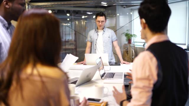 vídeos de stock e filmes b-roll de business meeting - envolvimento dos funcionários