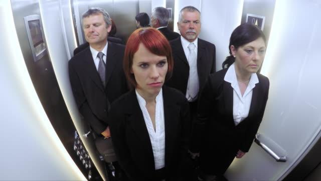 pov affari, uomini e donne di guidare l'ascensore - ascensore video stock e b–roll