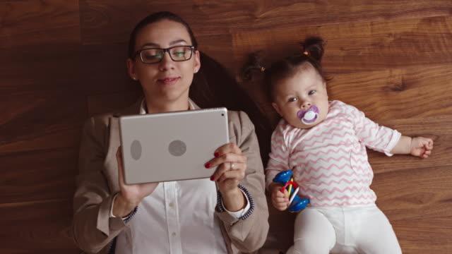 Maman d'affaires travaillant avec son chéri à proximité - Vidéo