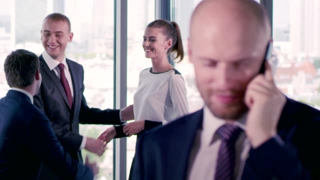 stockvideo's en b-roll-footage met zakelijke onderhandelingen - vrouwelijkheid