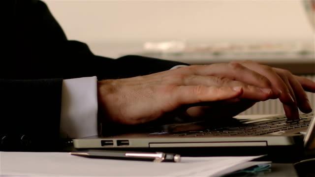vídeos y material grabado en eventos de stock de escritura de notas de negocios-resolución 4k - abogado