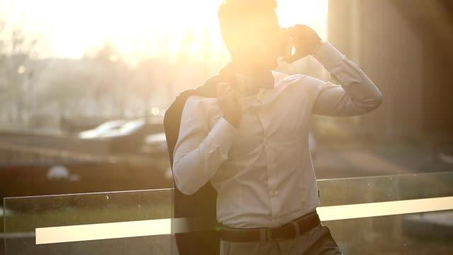 stockvideo's en b-roll-footage met bedrijf op een zonnige dag - men blazer