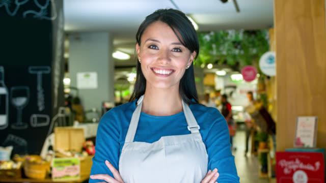 Unternehmer in einem Lebensmittelgeschäft – Video