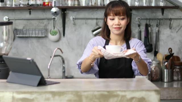 vídeos de stock, filmes e b-roll de dono de negócios loja de café - costumer