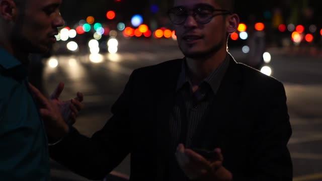 vídeos de stock, filmes e b-roll de parceiros de negócios na hora do rush esperando o taxi - dividindo carro