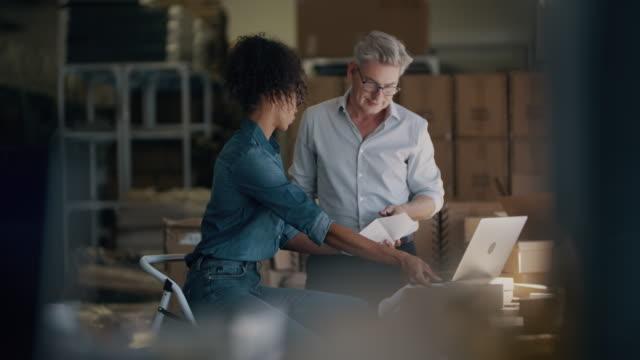 vídeos de stock e filmes b-roll de business partners preparing a shipment for delivery - envolvimento dos funcionários