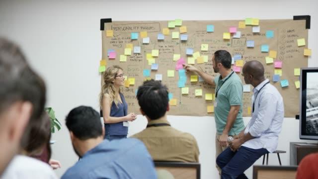 トレーニング クラスで拍手ビジネス人々 - 研修点の映像素材/bロール