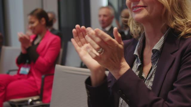 affärsfolk applåderar när de deltar seminarium - affärskonferens bildbanksvideor och videomaterial från bakom kulisserna