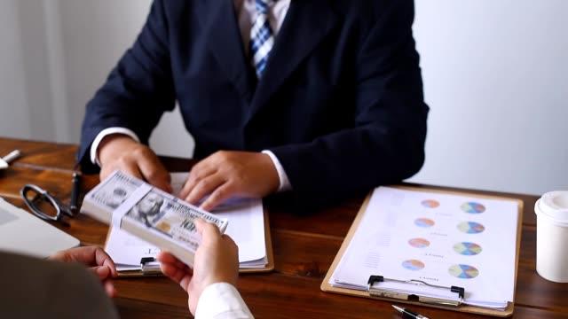 affärsmän samordnar finansiella företag, underteckna kontrakt och joint ventures. - lön bildbanksvideor och videomaterial från bakom kulisserna