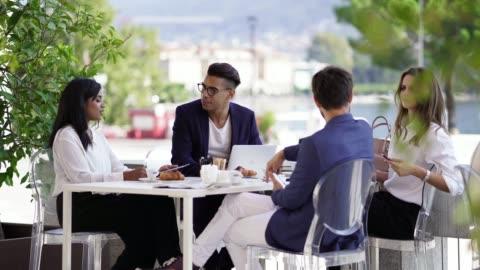 vidéos et rushes de gens d'affaires à un déjeuner de travail parler - 20 secondes et plus