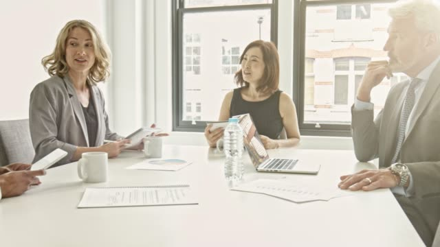 stockvideo's en b-roll-footage met mensen uit het bedrijfsleven brainstormen op bestuurskamer in kantoor - vier personen