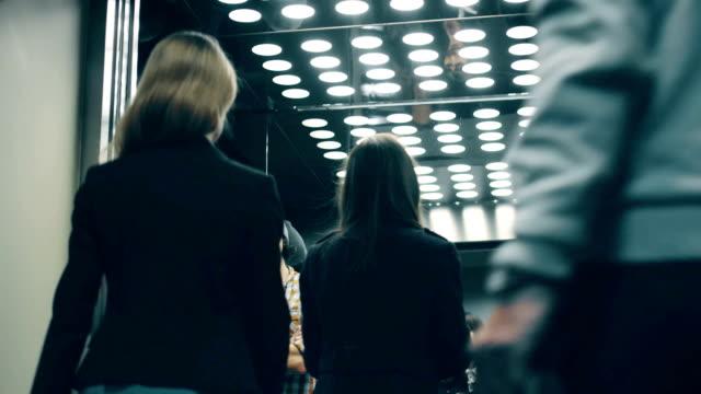 Business-Leute rufen Sie Aufzug, reinzukommen, wenn es ankommt – Video