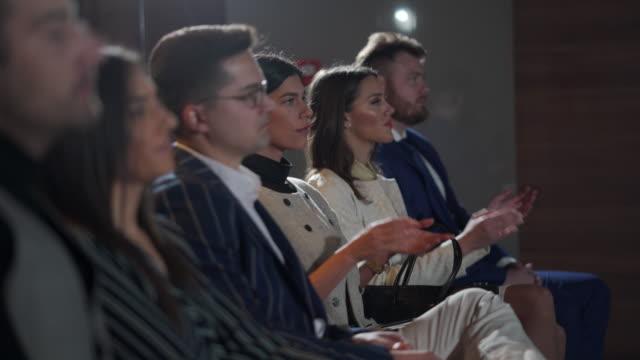 vídeos de stock, filmes e b-roll de empresários batendo palmas depois de ouvir uma apresentação - entrevista coletiva