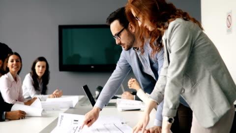 vídeos y material grabado en eventos de stock de día de la gente de negocios en la oficina moderna - negocio corporativo