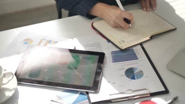 geschäftsleute ein business-projekt entwicklung und analyse von marktdaten - überprüfung stock-videos und b-roll-filmmaterial