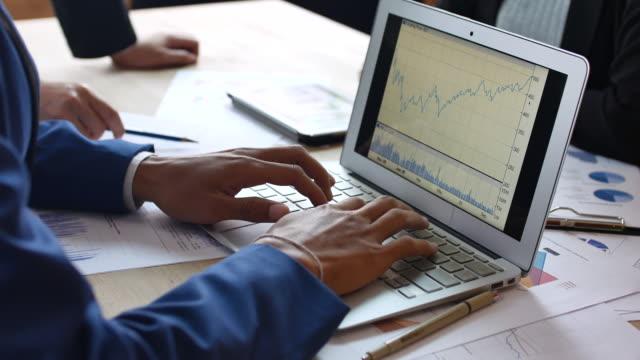 geschäftsleute ein business-projekt entwicklung und analyse von marktdaten mit laptop - überprüfung stock-videos und b-roll-filmmaterial