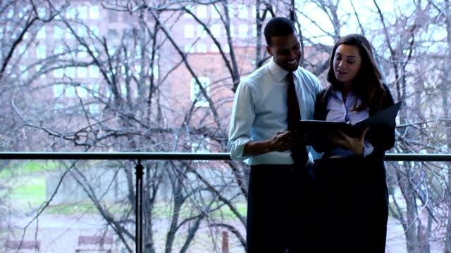 ビジネスの人々の確認報告書-w - レポートのビデオ点の映像素材/bロール