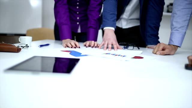 vídeos y material grabado en eventos de stock de gente de negocios discutiendo un plan financiero - planificación financiera
