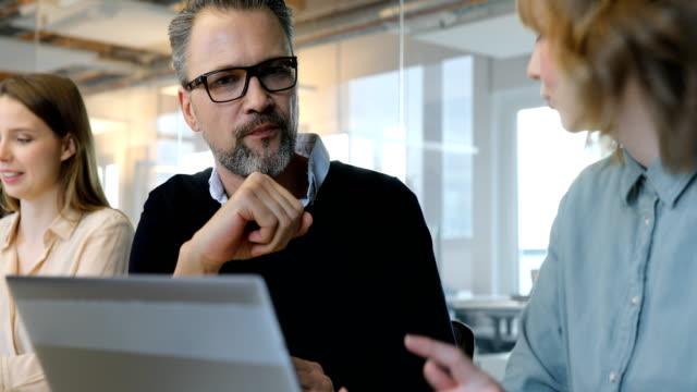 Geschäftsleute, die während der Tagung diskutieren – Video