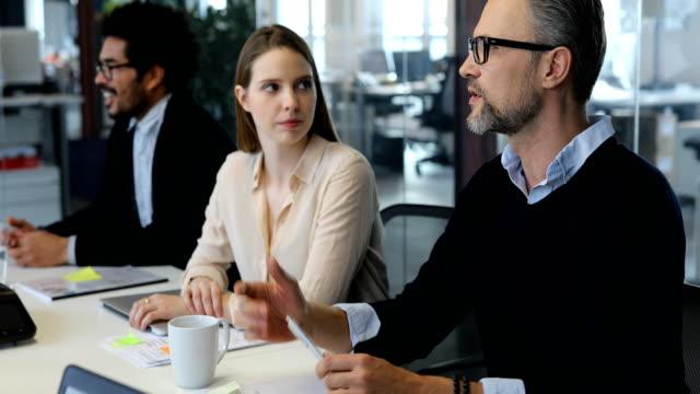 geschäftsleute in meeting im büro zu erörtern - konferenztisch stock-videos und b-roll-filmmaterial