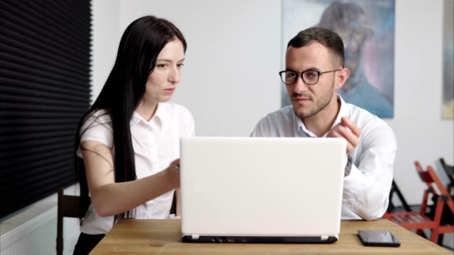 business people discussing in office - coinvolgimento dei dipendenti video stock e b–roll