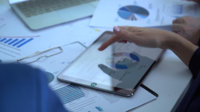 vídeos y material grabado en eventos de stock de empresarios discutiendo sobre el papeleo en la reunión de la sala de conferencias - plano documento