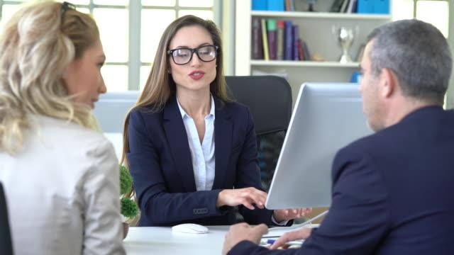 vídeos y material grabado en eventos de stock de concepto de asesor de discusión de 4k business people - propiedad inmobiliaria