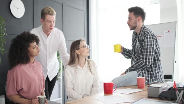 affärs män under fika paus på kontoret - fritidskläder bildbanksvideor och videomaterial från bakom kulisserna