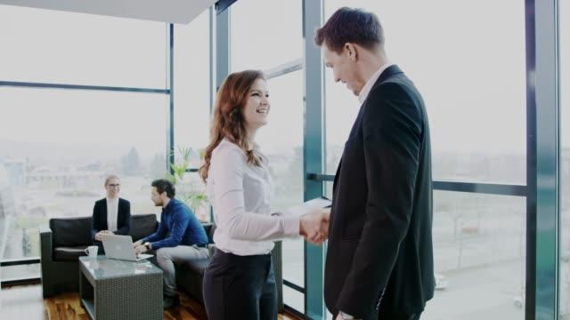 vídeos y material grabado en eventos de stock de empresarios del saludo, el apretón de manos y uso de tableta digital en la oficina - zoom meeting