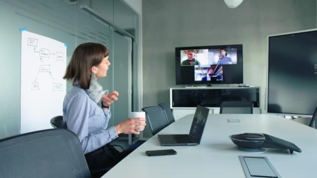 vidéos et rushes de gens d'affaires ayant une vidéoconférence dans la salle de réunion de bureau - conférence en ligne