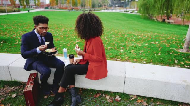 vídeos de stock, filmes e b-roll de os executivos que têm a ruptura do almoço outdoors - almoço