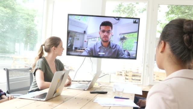 geschäftsleute mit videokonferenz - konferenzraum videos stock-videos und b-roll-filmmaterial