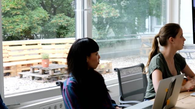 掲示板でビデオ会議を持つビジネス人々 - テレビ会議 日本人点の映像素材/bロール
