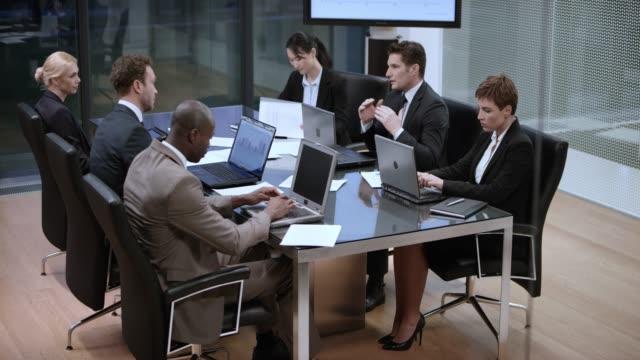 geschäftsleute in einer besprechung im konferenzraum am abend - konferenzraum videos stock-videos und b-roll-filmmaterial