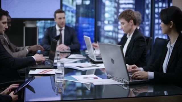 stockvideo's en b-roll-footage met zakenmensen in een vergadering van de avond in een vergaderruimte van glas - 30 39 jaar