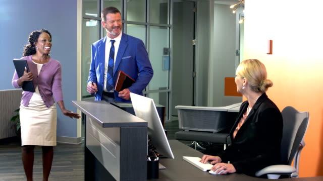 Gente de negocios en la oficina a pie de reunión, pase cubículo - vídeo